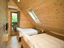 洋室タイプの寝室はツインのベッドルーム。エキストラにより最大3名分のベッドが用意できます。