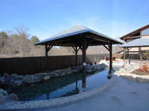 【彩光の湯・露天岩風呂】森に囲まれた天然温泉で、ゆったりとおくつろぎください。