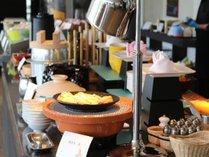 朝食バイキングでも地元産の食材や調理法を中心とした料理が楽しめます。
