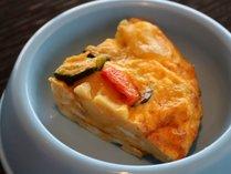 スパニッシュオムレツ(鶏卵/じゃが芋/パプリカ/ズッキーニ を使用)