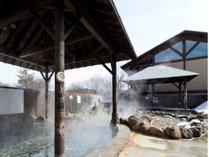 開放的で心地よい「彩光の湯」露天岩風呂