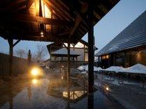 【彩光の湯】森に囲まれた天然温泉で、ゆったりとおくつろぎください。
