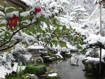 ラウンジからも望める日本庭園では絵画のような雪景色をご堪能いただけます