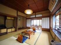 【デラックス客室例】数寄屋造りの和室です。座椅子と昔なつかしいテーブル
