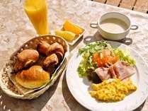 朝食一例:クロワッサン、スープ、スクランブルエッグ、サラダなど