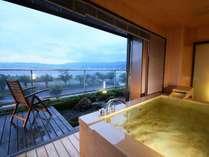 【満天manten】展望風呂。ウッドテラス付。お部屋にもテラスがあり開放感満点!