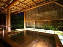 ガラスと檜の露天風呂「びいどろ」。諏訪湖に浮かぶ湯をイメージ。夜はガラスを透かした光が幻想的