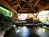 露天風呂「湖天」庭園の緑が美しい露天風呂。大きな岩を贅沢に使った作りです