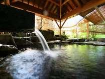 露天風呂「湖天」きな岩を贅沢に使った深めのお湯にゆったりと。庭園の緑が美しい露天風呂