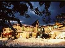 雪のペンションエデン。静かな冬の夜です。