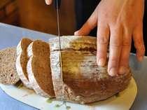 朝食のパンはオーナー婦人の手つくりパンも♪写真はブラウンシュガーと胡桃のパン