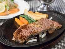 *[夕食一例]特製ステーキは自慢の自家製オニオンソースで召し上がれ♪