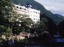 県立公園 大川ラインに沿って建つ