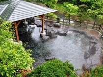 新緑に包まれた渓流露天風呂