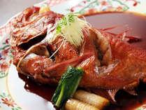 じっくり手をかけて甘辛く煮込んだ金目鯛の煮付け。脂の乗ったふわふわの煮付けは絶品!