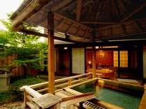 【御坂】露天風呂は、木の香漂う本格舞台造り。開放感に包まれて、ゆったりとお湯をお楽しみいただけます。