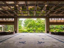 フロント・ロビー 静寂と日本情緒が広がります。一枚ガラス越しの中庭がお客様を優しくお迎えいたします。