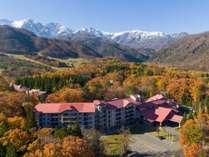 秋の白馬東急ホテル・・・冠雪した北アルプスと美しい紅葉をごらんになれます(10月下旬~11月頭)