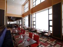 お洒落でカジュアルなレストラン≪リビエルージュ≫大きな窓のむこうには、大自然が広がります。