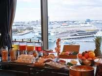食事だけでは満足させない!朝食会場は絶景の横浜港を一望。景色もごちそうです!