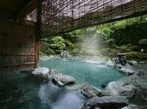 【露天風呂】仰げば空が笑い、目をつむれば風が語りかけて来る。四季の薫りに包まれる開放的な露天風呂。