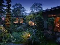 初代館主より代々受け継がれる自慢の日本庭園