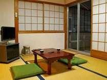 ≪離れの客室~例~≫各部屋には庭がついており、山々の自然を眺めながら静かな時間をお過し頂けます。