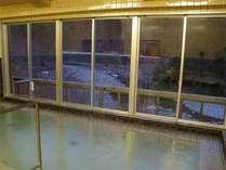 ≪川を眺める天然温泉≫大きな窓に広がる爽やかな景色が広がる大浴場でのんびり湯ったり♪(循環ろ過)