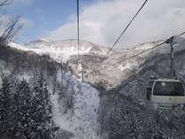 *スキー場まで約4キロ。ゴンドラからは一面の銀世界が。スキーへの期待も高まります。