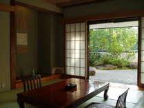東館2Fの和室8畳は、庭園の眺めることができます。