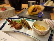 *【夕食一例】地元で採れた山菜や高原野菜、清流で育った川魚を使った会席料理です