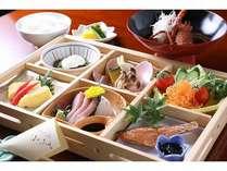 絶品の伊勢海老の赤だしや焼きたて干物など、たっぷりの和朝食