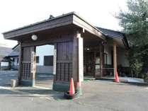 *外観/入り口は学校を思わせる門構え。二宮金次郎の像も皆様をお出迎えします。