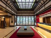 二条城の格子天井をモチーフにした天井と、鴨川のアオサギを琳派調にアレンジしたステンドグラス