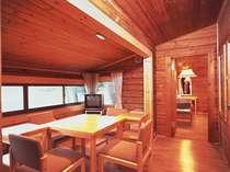 森の中に点在するコテージは最大8名で利用可能、全6タイプ。他にもフロント横の客室棟にツインルーム有り。