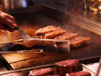 目の前で焼き上げるステーキも食べ放題!