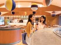 All Day Dining Karuizawa Grillのバーカウンターで大切な方と語らう