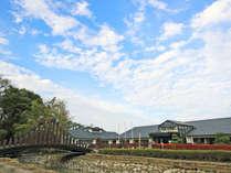 *ビレッジ安曇野 外観。小川にかかる橋を渡ってエントランスへ!