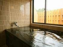 半露天付客室。お部屋専用のお風呂は親子3~4人でも十分の広さ