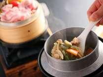 地元産八種野菜のせいろ蒸し×山菜釜飯(夕食メイン一例)
