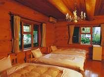 【カナディアン・ログハウス】1階の客室部分、ベッド3台の洋室