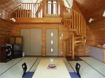 【洋風コテージ さくらの村】解放感のある吹き抜けの室内の和室部分