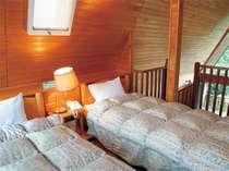 【洋風コテージ さくらの村】中2階の寝室部分のツインベッド