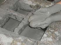 【母屋露天風呂】天然泥パックは顔や体に薄く塗り伸ばすのがコツです