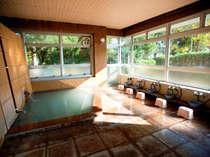 【風呂】「さくら館本館」1階にある広々とした貸切風呂「えびの」。洗い場も広々ゆったり