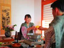 【部屋食イメージ】「カンパーイ!」お料理はお部屋でゆったりお召し上がりください♪
