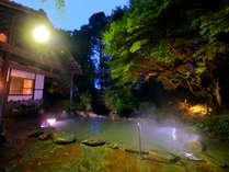 乳白色の≪天然泥湯≫と緑のコントラストが美しい大露天風呂