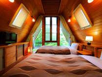 螺旋階段を上がった先には、木のぬくもりを感じるツインルーム♪ふかふかベッドでぐっすり