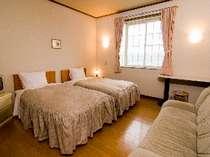 自然な山並みと海を見渡せる客室、ツインルーム ダブルベットのお部屋も用意