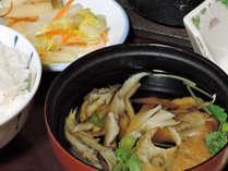*夕食一例/旬の幸のお吸い物。春は山菜、秋はきのこなど、その季節の美味しい食材を取り入れています。